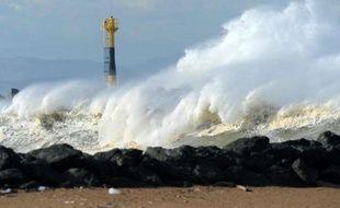 En hiver, la plage d'Anglet battue par les vagues, le 6 février 2014