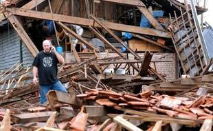 """Des corps de ferme éventrés, des toitures dévastées: une """"mini-tornade"""" survenue dimanche soir a causé l'émoi dans la commune de Bailleul (Nord) où, heureusement, seules deux personnes ont été légèrement blessées."""