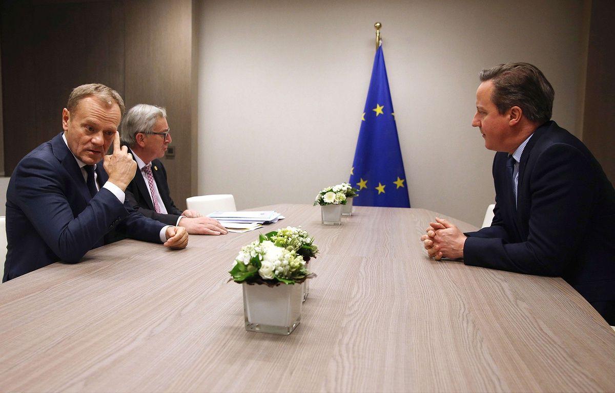 Donald Tusk et Jean-Claude Juncker s'entretiennent avec David Cameron à Bruxelles, le 19 février 2016. – Dan Kitwood/AP/SIPA