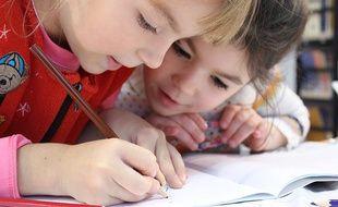 Des élèves travaillent à un exercice rédactionnel  l'école.