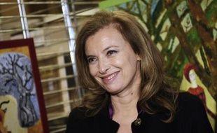Le président François Hollande et sa compagne Valérie Trierweiler ont sacrifié samedi après-midi pour la première fois au rituel du Noël à l'Elysée, cette année plutôt discret et économe.