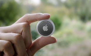 L'AirTag d'Apple, de la taille d'une pièce de 2 euros.
