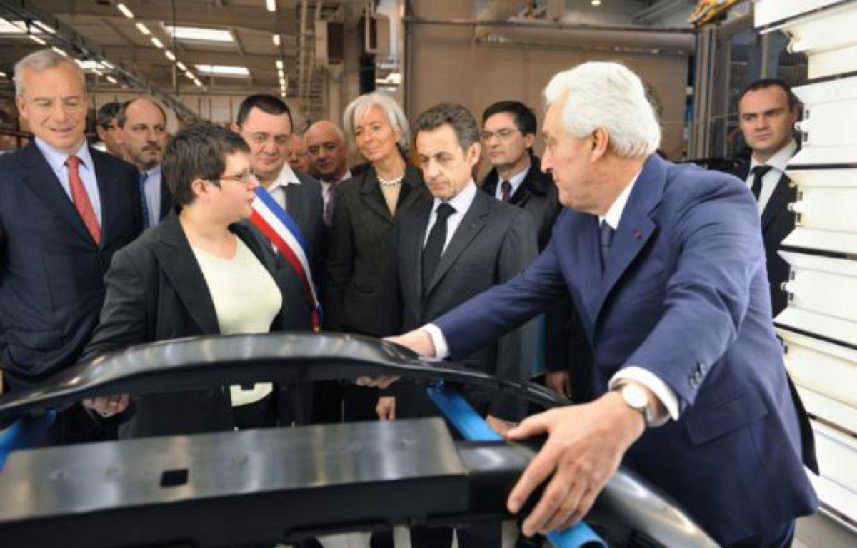Le PDG de Plastic Omnium Laurent Burell (d) aux côtés de Nicolas Sarkozy, alors président de la République, lors d'une visite de son usine de Sainte-Julie, dans l'Aveyron, le 26 février 2009 – ERIC FEFERBERG POOL