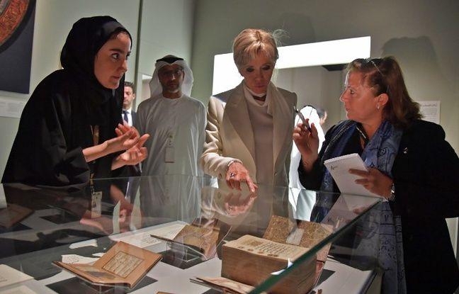 Brigitte Macron, sans voile, lors de la visite de la mosquée Cheikh Zayed à Abu Dhabi.
