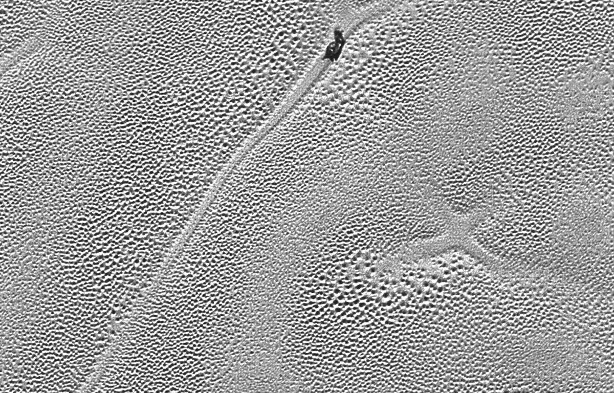 La sonde New Horizons a photographié une croix mystérieuse sur la plaine de Spoutnik, sur Pluton. – NASA