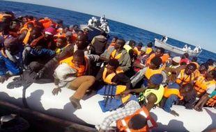 Capture d'écran d'une vidéo fournie le 2 mai 2015 par les garde-côtes italiens de migrants secourus en Méditerranée