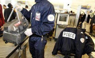 Un homme a été interpellé vendredi par les enquêteurs de la police judiciaire parisienne à l'aéroport de Roissy-Charles-de-Gaulle avec un peu plus de 3kg de cocaïne dans ses valises, a-t-on appris lundi de source proche de l'enquête.