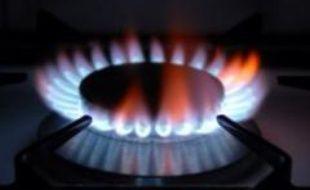 Le prix du gaz devrait baisser à compter du 1er avril mais cette baisse, qui devrait être comprise entre 7 et 10%, est jugée insuffisante et surtout trop tardive par les associations de consommateurs.