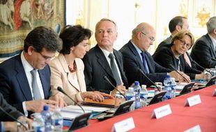Jean-Marc Ayrault reçoit les partenaires sociaux avec plusieurs de ses ministres le5 juin 2012 à Matignon.