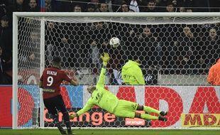 Yassine Benzia a su tromper son ancien coéquipier Anthony Lopes à deux reprises ce samedi, comme ici sur penalty.