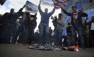 Des manifestants palestiniens scandent des slogans haineux tandis qu'un jeune brûle un drapeau américain après que Donald Trump a décidé de reconnaître Jérusalem comme capitale d'Israël. Le Conseil français du culte musulman, s'inquiète que cette décision ravive les tensions entre juifs et musulmans, même en France.