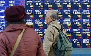 La banque centrale du Japon (BoJ) a décidé jeudi d'ouvrir plus grand les vannes monétaires et de réfléchir à une révision de son objectif d'inflation, répondant ainsi nolens volens aux attentes du prochain Premier ministre de droite, Shinzo Abe, chantre de la planche à billets.