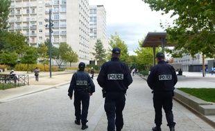 Illustration de policiers en patrouille sur la dalle Kennedy dans le quartier de Villejean à Rennes.
