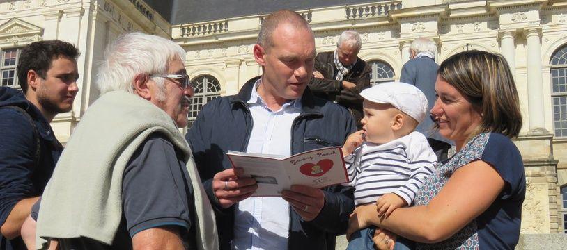 Les parents du petit Fañch et leur enfant le 8 octobre devant le parlement de Bretagne à Rennes.