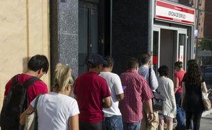 L'Espagne comptait à la fin du deuxième trimestre près de 5,7 millions de chômeurs, soit un taux de 24,63%, encore en hausse malgré les effets saisonniers habituels liés au tourisme, selon les chiffres officiels publiés vendredi.