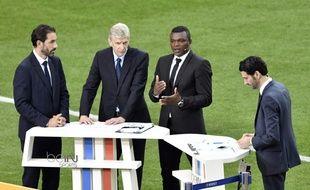 Les consultants de BeIN Sports Robert Pires, Arsène Wenger, Marcel Desailly et le journaliste Alexandre Ruiz, le 10 juin 2016 au Stade de France avant France-Roumanie