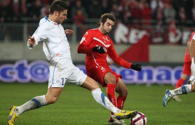 Le milieu de Valenciennes José Saez face à un attaquant prometteur de Montpellier, le 10 décembre 2011 au stade du Hainaut.