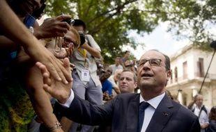 Le président François Hollande dans les rues de La Havane, le 11 mai 2015
