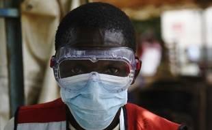 En Ouganda, un soigneur pour les victimes d'Ebola (image d'illustration).