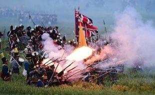 Les troupes des alliés font feu sur les lignes françaises lors de la reconstitution de la bataille de Waterloo, le 19 juin 2015 au sud de Bruxelles
