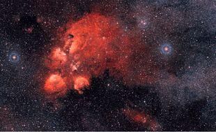 La nébuleuse NGC 6334, surnommée la Patte de Chat, située dans la constellation du Scorpion.