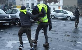 Des incidents ont éclaté samedi après-midi devant la préfecture des Côtes-d'Armor à Saint-Brieuc.