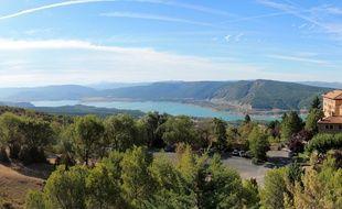 Le monastère de Leyre et le lac de Yesa, en Navarre.