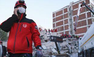 Les services de secours à la recherche de survivants après le séisme qui a touché l'ouest de la Turquie.