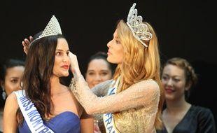 Amandine Jost, Miss Montpellier 2018, reçoit sa couronne des mains de Maëva Coucke, Miss France