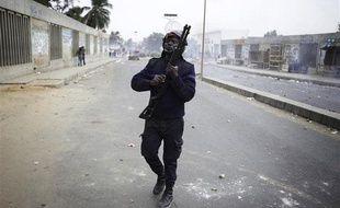 Un policier sénégalais recharge son fusil à balles en caoutchouc, le 1er février à Dakar.