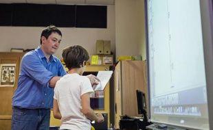 Un élève d'une classe primaire écoute son professeur devant un tableau numérique, le 9 septembre 2014 à Paris