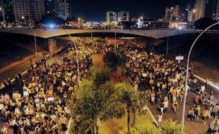 Des heurts violents ont de nouveau opposé mercredi soir manifestants et policiers dans des villes du Brésil, l'annonce d'une baisse du prix des transports en commun ne suffisant pas à calmer la fronde sociale, avec de nouveaux appels à manifester.