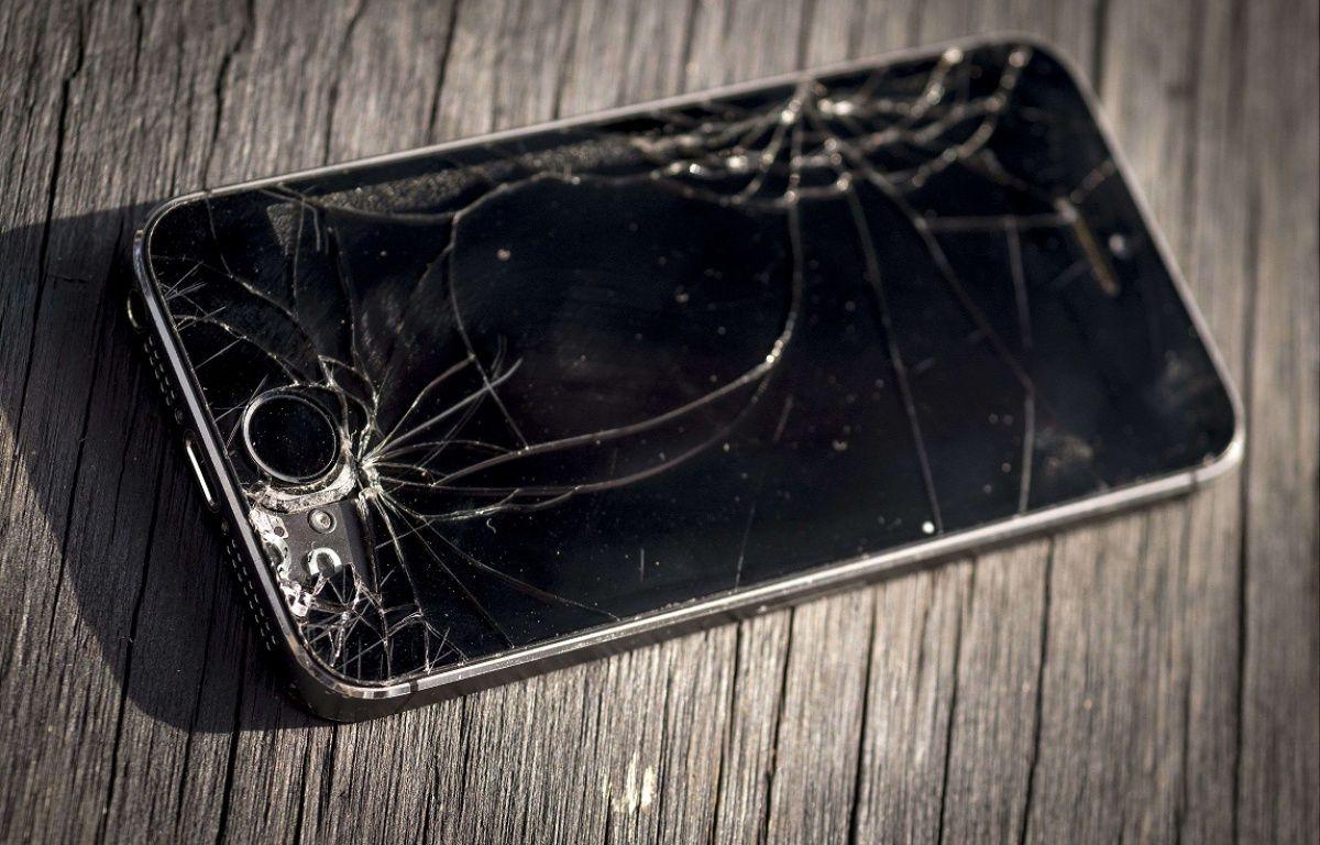 Illustration - Un iPhone 5s à l'écran cassé – Steve Meddle/REX Shutte/SIPA