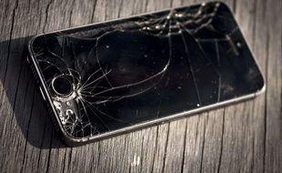 Illustration - Un iPhone 5s à l'écran cassé