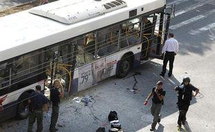 Le bus visé par un attentat à Tel Aviv, en Israël, le 21 novembre 2012.