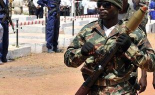 """Au moins un militaire a été tué et deux blessés dans la nuit de lundi à mardi en Guinée-Bissau lors d'une opération de recherche de suspects après l'attaque contre des objectifs de l'armée qualifiée de """"tentative de coup d'Etat"""", a indiqué à l'AFP une source militaire."""