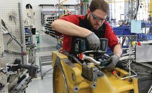 Un ouvrier de l'entreprise AGCO utilise les lunettes Google Glass Enterprise Edition.