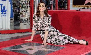 Anne Hathaway devant son étoile à Hollywood le 9 mai 2019.