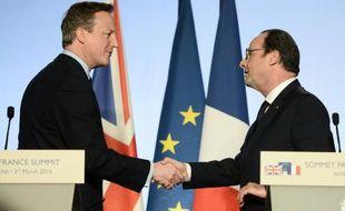 Le Premier ministre britannique David Cameron (g) et François Hollande, le 3 mars 2016, lors d'un sommet franco-britannique à Amiens, dans le nord de la France