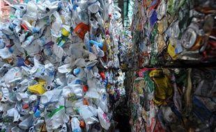 A peine un quart des emballages plastique sont recyclés en France. Pour faire mieux, il est envisagé de collecter à terme tous les plastiques et pas seulement les bouteilles et flacons. Mais un test à grande échelle mené depuis 2012 montre que cela va prendre du temps.