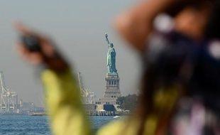 La célèbre Statue de la Liberté à New York, fermée depuis deux semaines pour cause de blocage budgétaire, et qui avait déjà fermé huit mois après l'ouragan Sandy, a rouvert dimanche ses portes, pour la plus grande joie des touristes.
