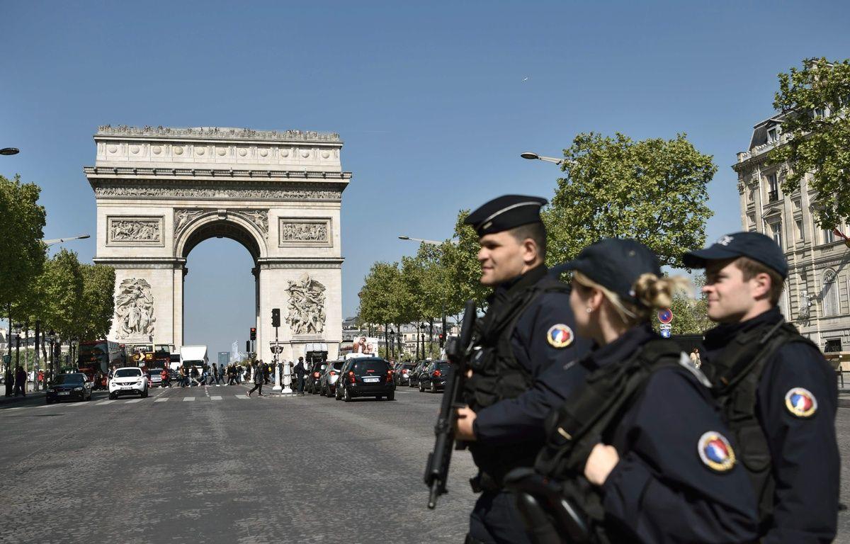Des policiers en patrouille sur l'avenue des Champs-Elysées, le 21 avril 2017. – AFP