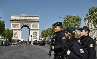 Des policiers en patrouille sur l'avenue des Champs-Elysées, le 21 avril 2017.