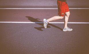 Un joggeur dans un stade (illustration).