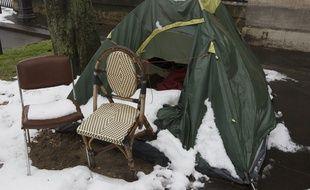 Illustration de tentes de sans domicile fixe (SDF) sous la neige. devant l'entree de l'Observatoire de Paris.