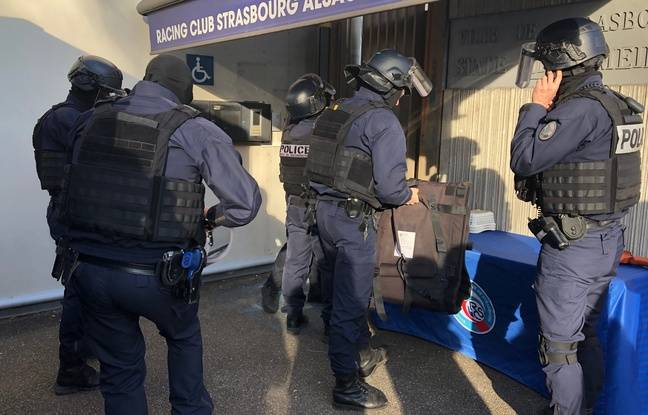 Il est 14h35, les policieres pé,ètrent dans l'enceinte du stade de la Meinau. Une attaque terroriste vient d'avoir lieu. C'est un exercie mais ils le prennent très au sérieux.