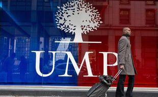 Photo d'illustration: Un homme passe devant un logo de l'UMP à Paris.