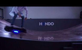 Capture d'écran d'une vidéo montrant le prototype d'hoverboard de l'entreprise Hando Hover.