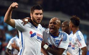 André Ayew félicite André-Pierre Gignac après son but lors d'OM-PSG, le 5 avril 2015.