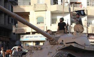 Image fournie par le média jihadiste Welayat Raqa, le 30 juin 2014, montrant des jihadistes de l'Etat islamique sur un char dans une rue de Raqa, en Syrie